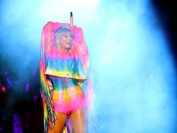 Taylor Swift actúa en el escenario del Dignity Health Sports Park