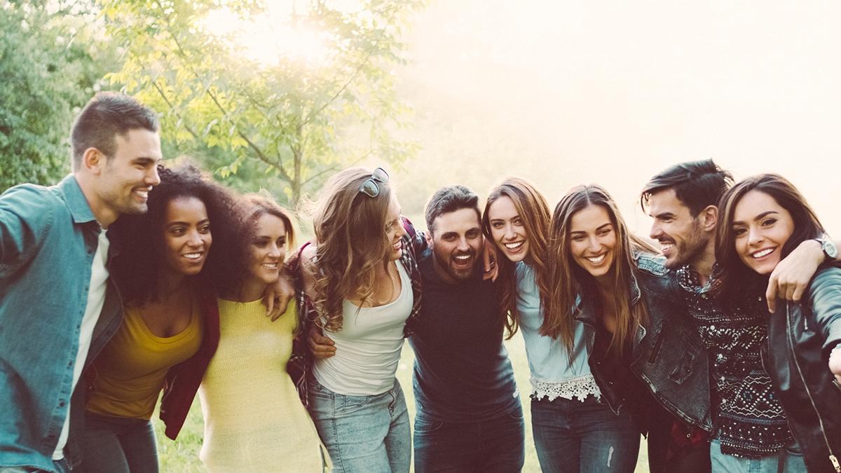 Grupos de amigos abrazados