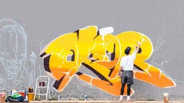 Chico pintando un grafiti