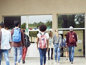 Un grupo de universitarios entrando a clase