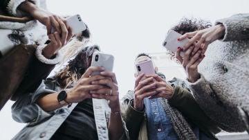 Grupo de jóvenes con teléfonos