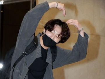 Jungkook, cantante de BTS, con una mascarilla