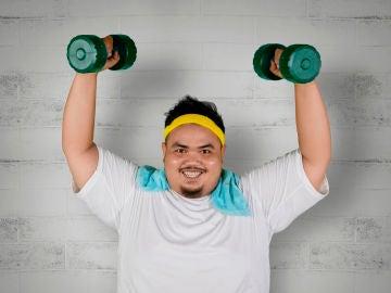Chico haciendo pesas