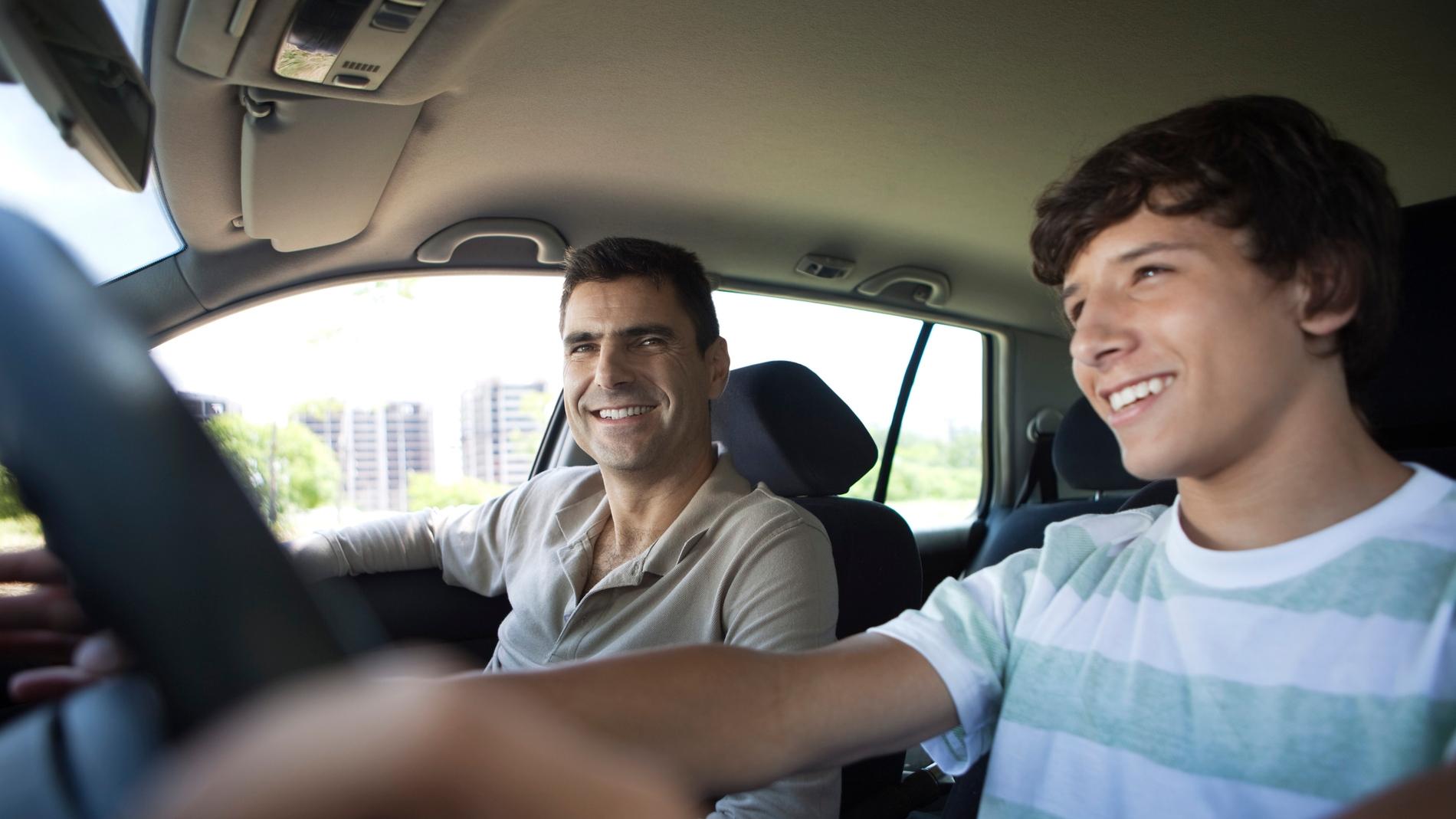 Jóven conduciendo por primera vez