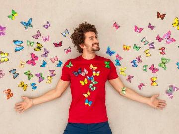 Chico sintiendo mariposas por amor.
