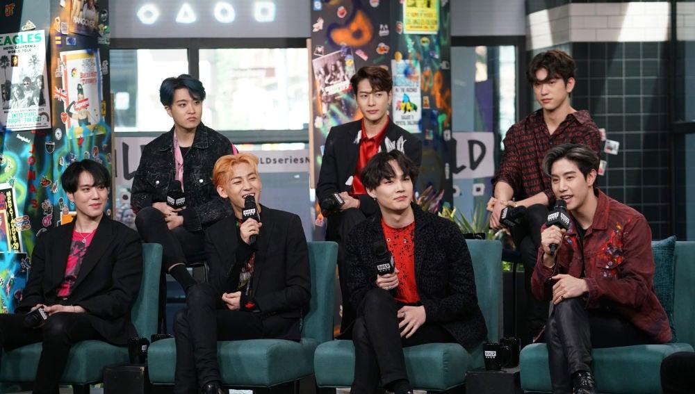 Los integrantes de GOT7 durante una entrevista.
