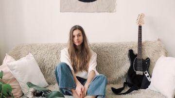 Una chica sentada en el sofá