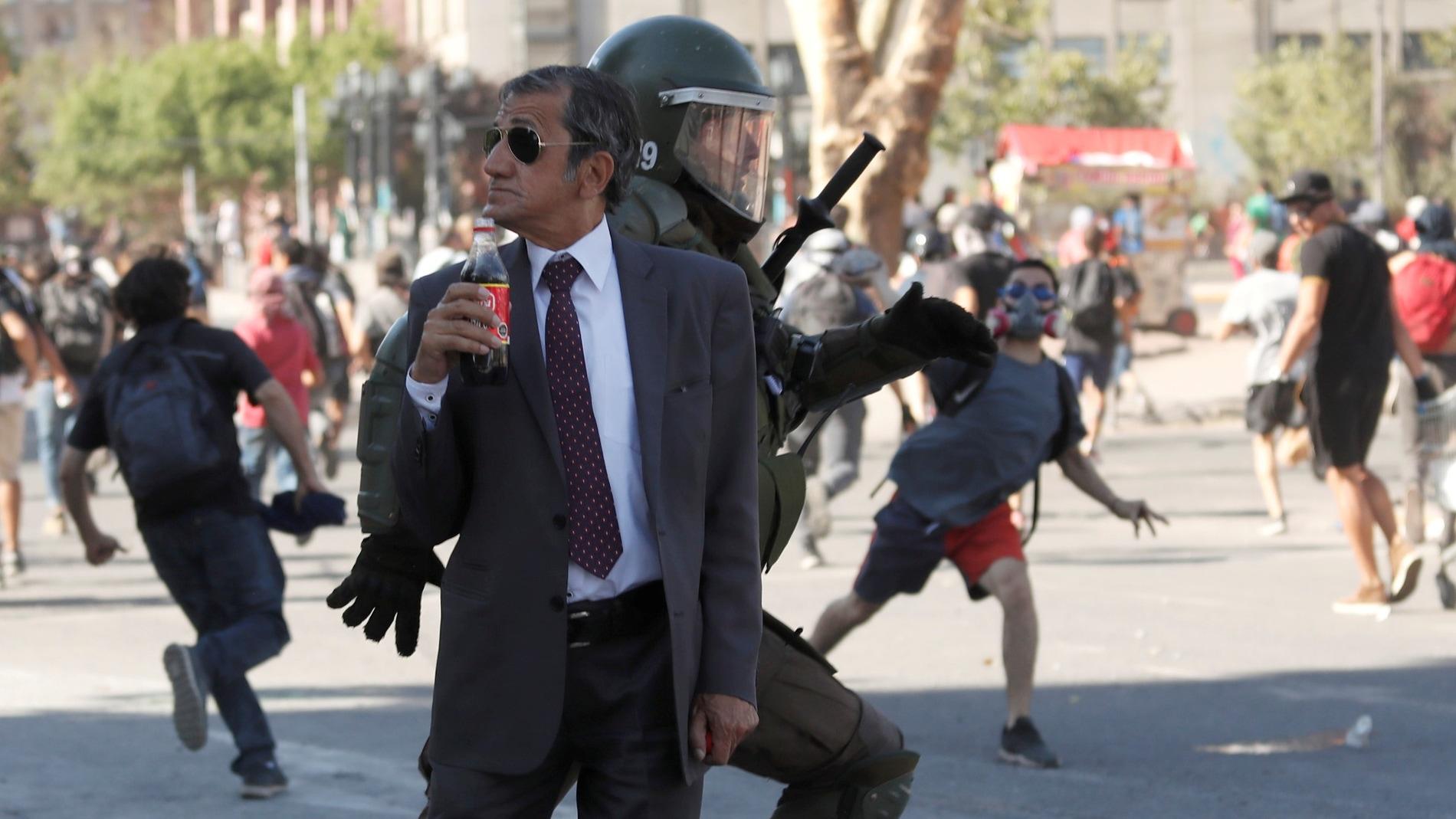 Hombre tomando un refresco en una protesta en Chile