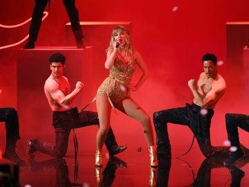 Taylor Swift durante su actuación en los AMAs 2019