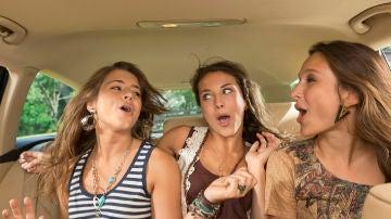 Canta lo que quieras en el coche, ¡pero ponte el cinturón!