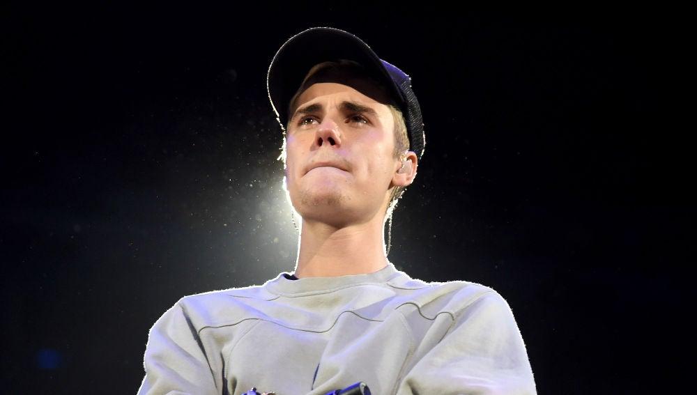 Justin Bieber llora durante una actuación