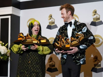 Billie Eilish y su hermano Finneas con sus cinco premios Grammy