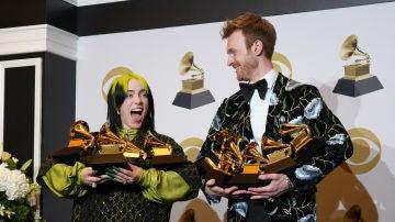 Billie Eilish y su hermano Finneas con sus cinco premios Grammy
