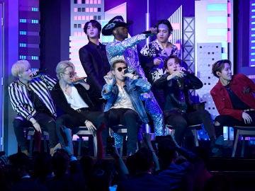 BTS actuando en los premios Grammy