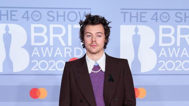 Harry Styles con un traje, jersey y collar de perlas