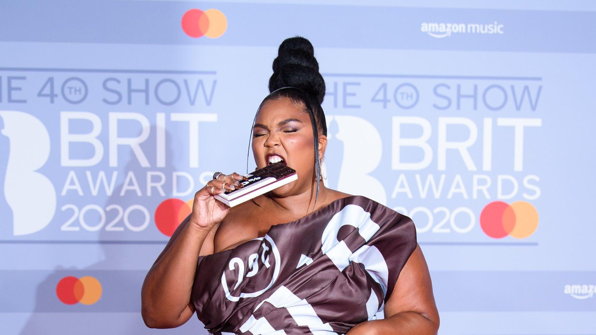 Lizzo con un vestido de Moschino que simula el envoltorio de una chocolatina
