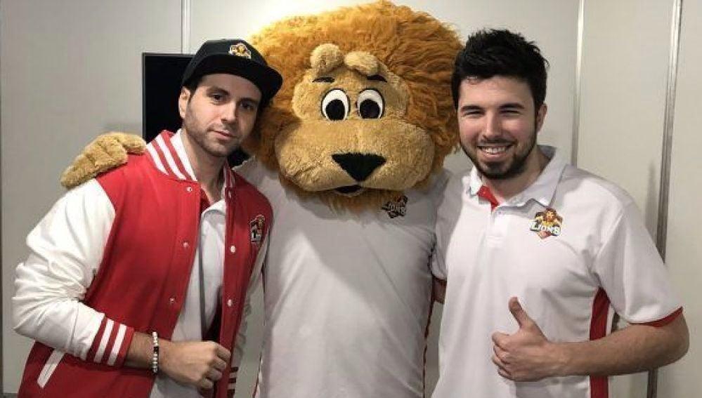 Vegetta777 y WillyRex junto a la mascota de MAD Lions, club de su propiedad