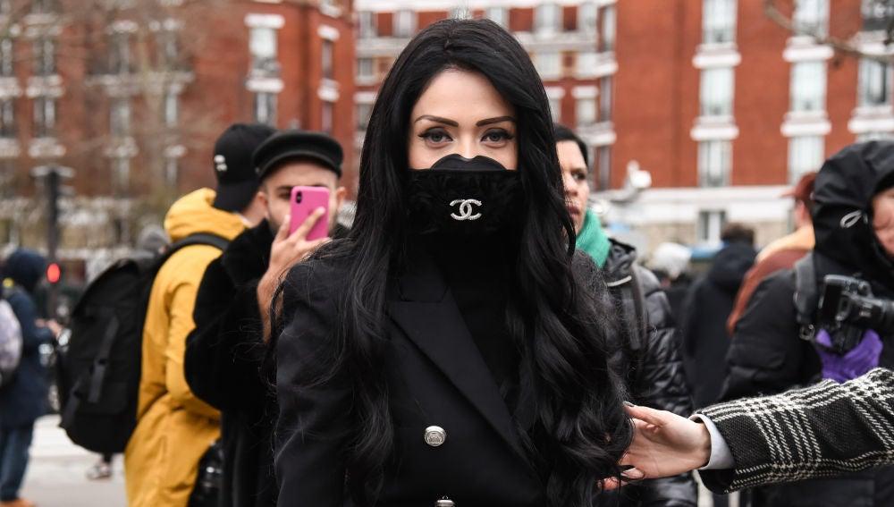 Una influencer de moda francesa, con una máscara Gucci