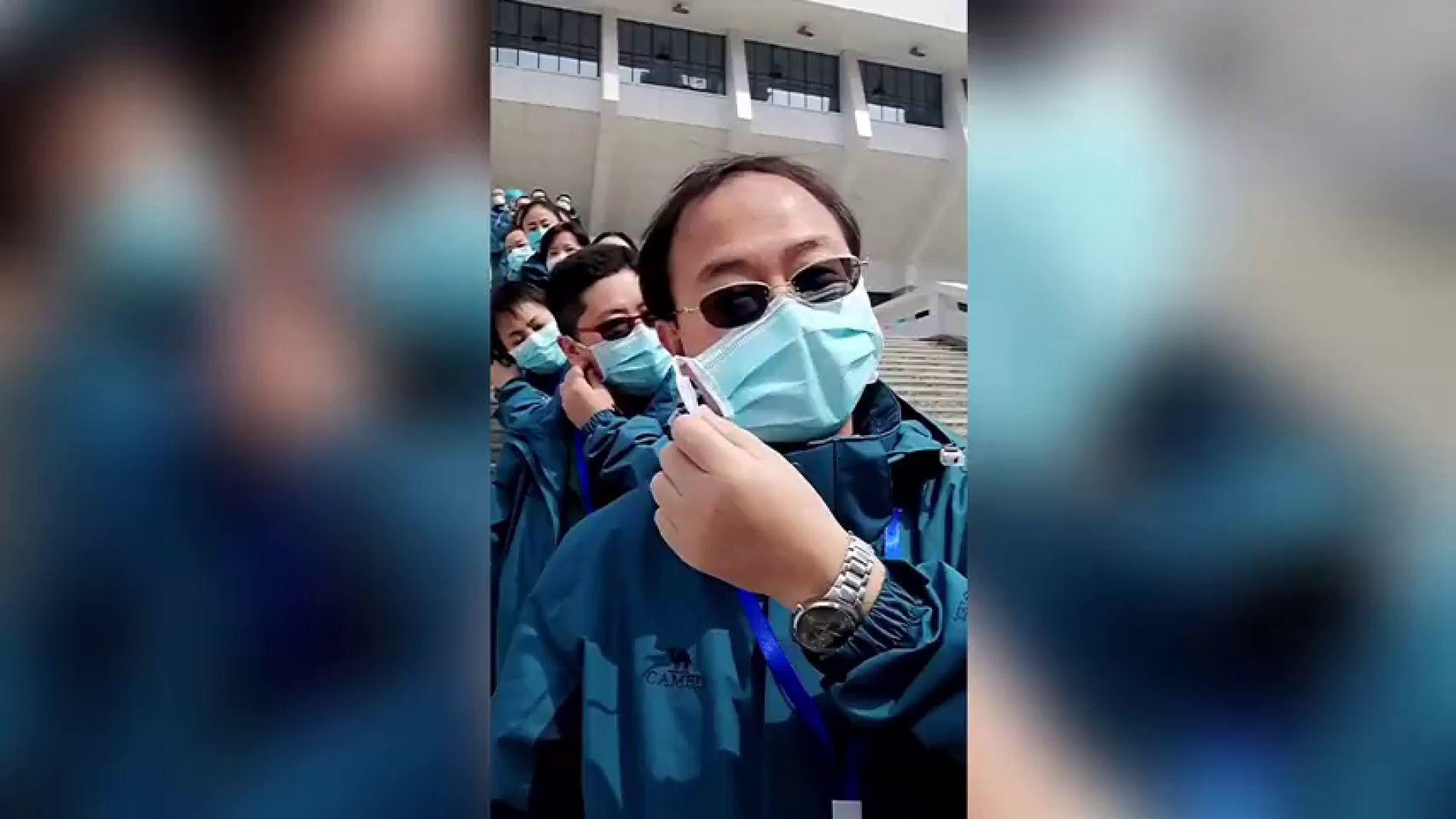 Hay esperanza frente al coronavirus: así celebran sanitarios de Wuhan el cierre de los hospitales provisionales