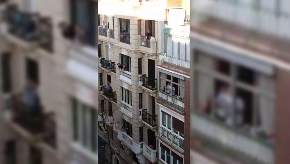 Vecinos juegan al tenis entre edificios durante la cuarentena por el coronavirus