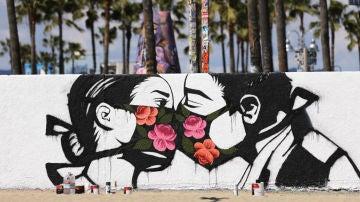 Graffiti de una pareja besándose