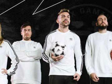 Dj Mario (segundo por la derecha) con su club de esports
