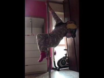 Esta artista de pole dance adapta su entrenamiento a la cuarentena