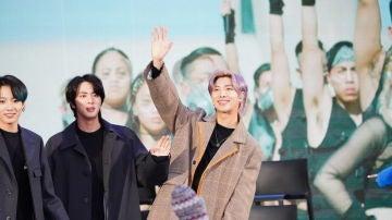 Namjoon saludando en un acto promocional de BTS