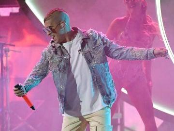 Bad Bunny durante su actuación en los Latin Grammy 2019