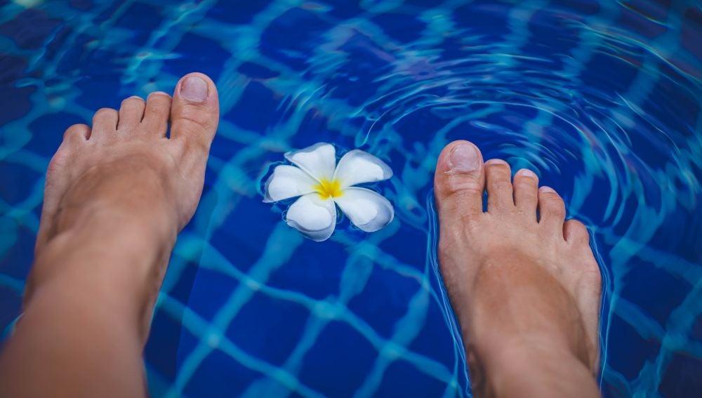 Pies dentro de una piscina