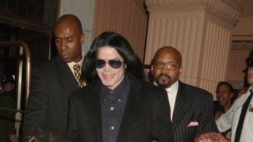 Michael Jackson con sus hijos Paris y Prince, en una imagen de 2005