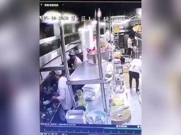 Terrorífico: graban a un cocinero escupiendo en la comida en plena pandemia de COVID-19