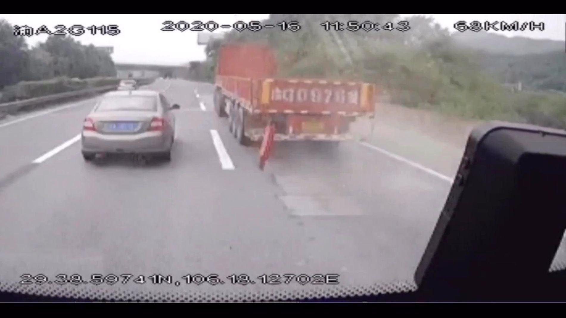 La sorprendente reacción de un conductor de autobús cuando un hierro atraviesa el parabrisas