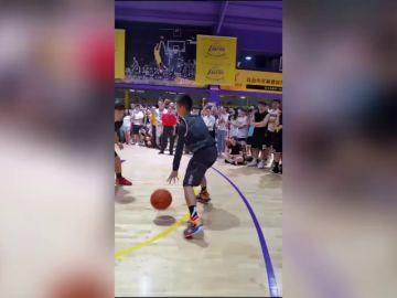 Perdió un brazo en un accidente, pero ahora es un crack del baloncesto