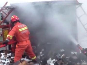Se incendia un camión que cargaba 20.000 iPhones en China