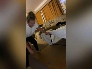 VÍDEO: se cierra la cama mientras la está haciendo y se la come viva