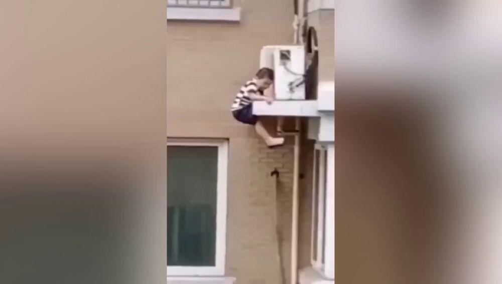 VÍDEO: Atrapa al vuelo a un niño que cae desde un cuarto piso
