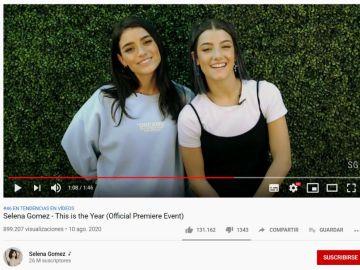 Dixie y Charli D'Amelio en el anuncio de la premier de 'This is the Year'