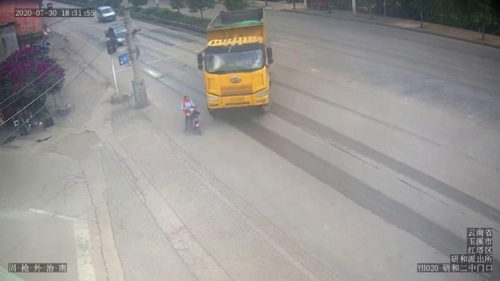 Un motorista es arrollado por un camión y salva su vida de milagro