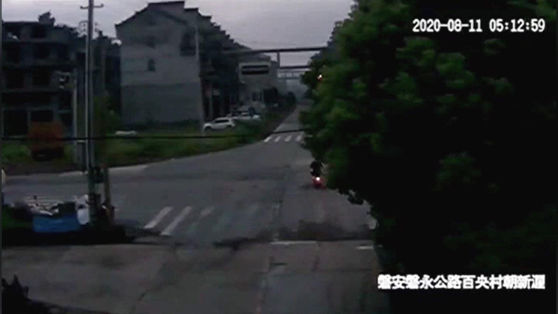 Motorista se libra de ser atropellado por camión
