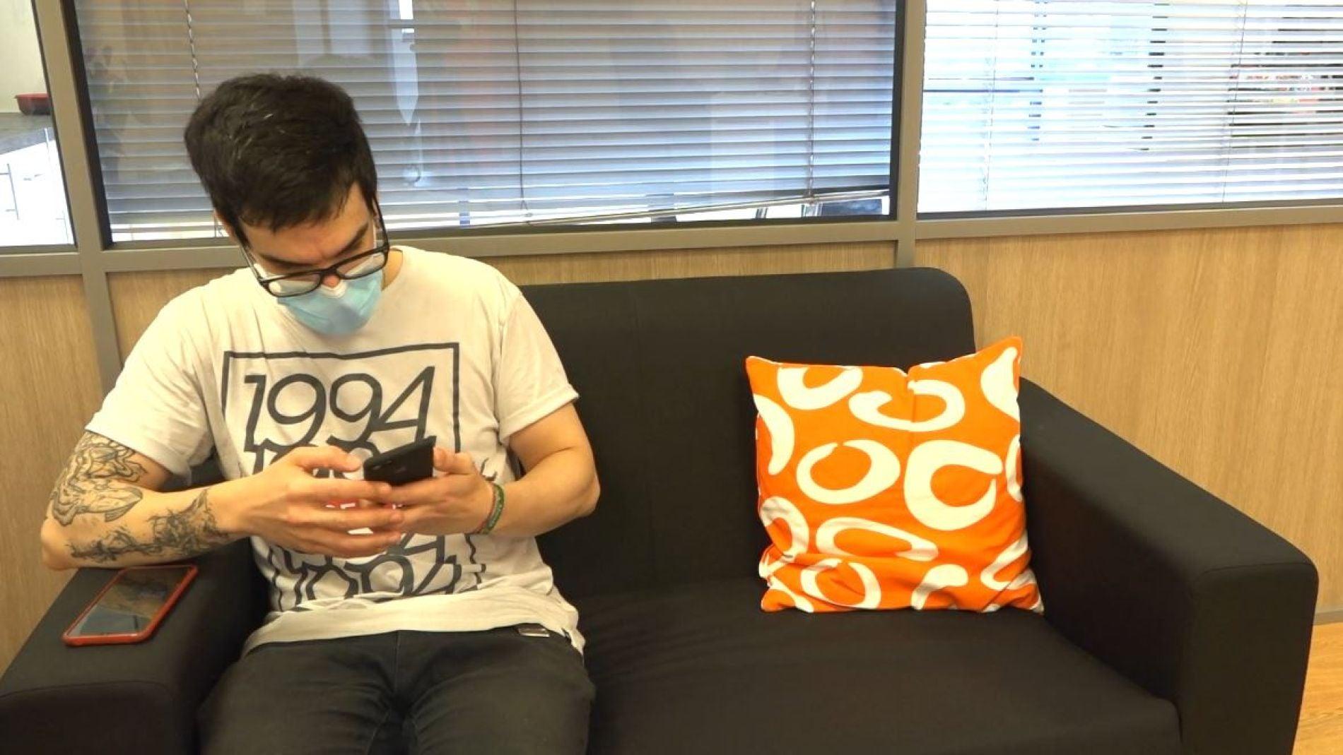 Chico mirando el móvil