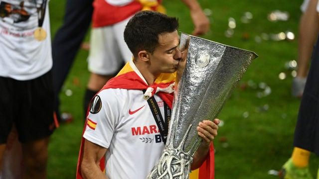 Sergio Reguilón besando el trofeo de la Europa League