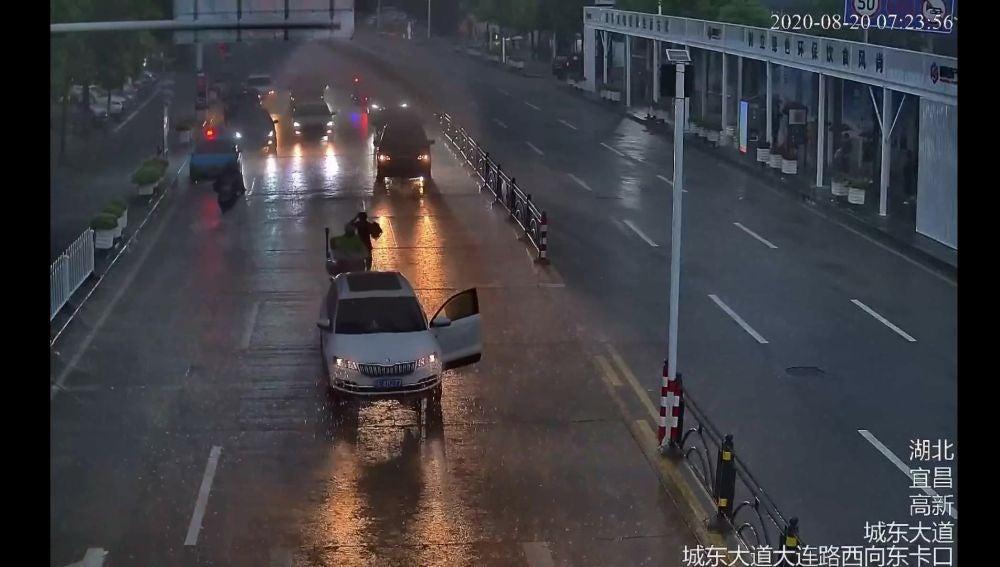 Un policía evita que un coche sin conductor provoque un accidente