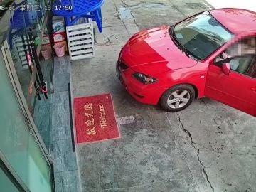 Una mujer se choca contra un restaurante al confundirse y pisar el acelerador