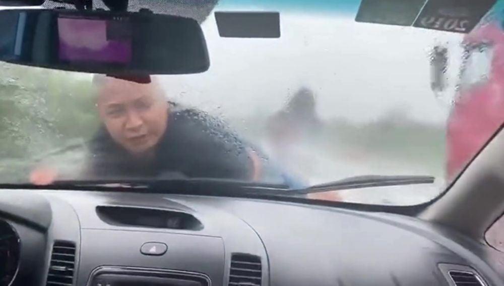 Un hombre pasa 20km amarrado al coche de su exmujer