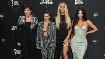 Kris Jenner junto a sus hijas Kourtney, Khloé y Kim Kardashian