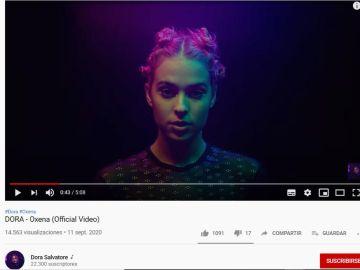 DORA en el videoclip de 'Oxena'