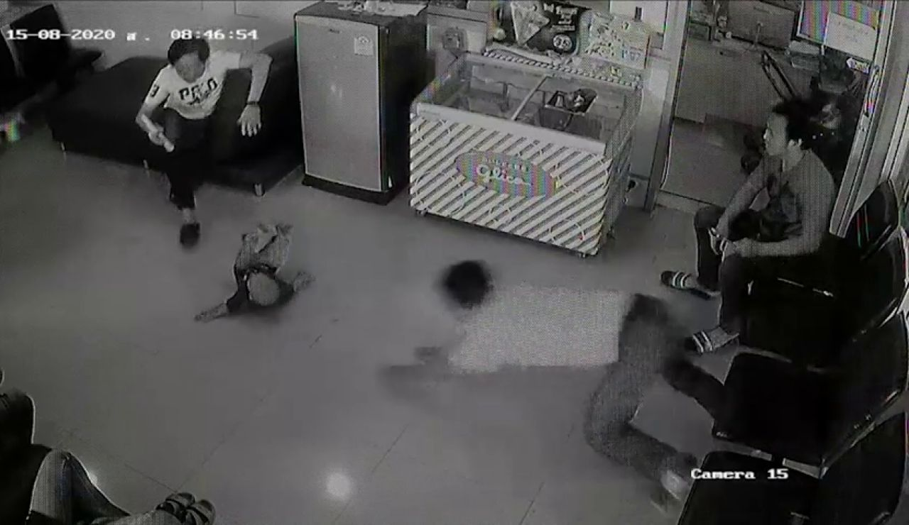Un hombre salva a un niño de golpearse la cabeza