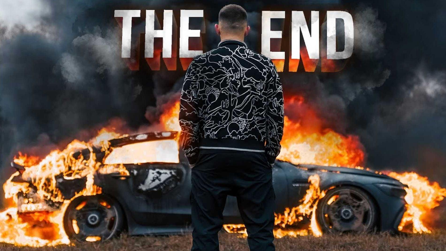 Litvin contempla su coche arder