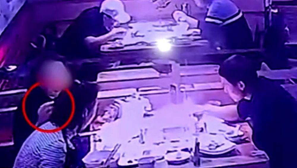 Pone un pelo en la comida aposta para intentar comer gratis en un restaurante